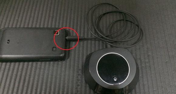 無線ヘッドフォンのトランスミッターをスマホに繋げた写真