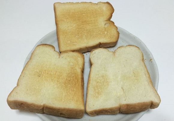裏返してFVX-M3Aで200℃で2分焼いたパンの上の焼き色