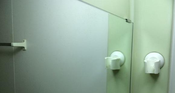 曇り止めの泡が乾いた鏡の写真
