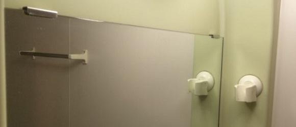 白い汚れを落とした後の鏡の写真