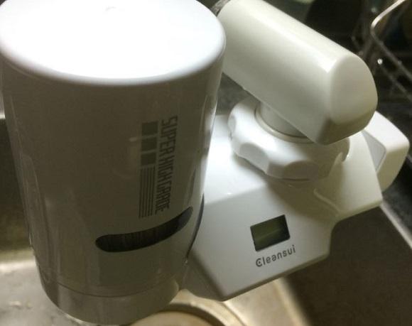 浄水器が水道の蛇口に取り付けてある状態