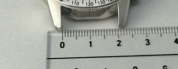 時計のラグ幅を定規で測っている所