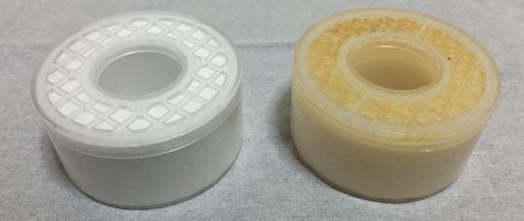 浄水シャワーSK106W-GRのカートリッジの新品と使用後の色の比較