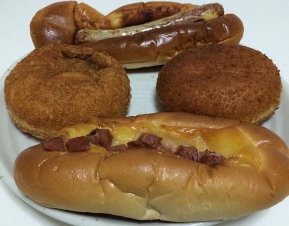 アイリスオーヤマの熱風オーブンFVX-M3A-Wでリクックした後の揚げパンとウィンナーパン、ベーコンパン